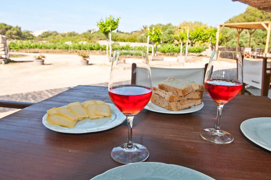 BINIFADET , Un endroit tranquille , au milieu des vignes. Idéal pour vous initier a la gastronomie de Minorque